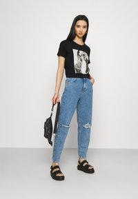ONLY - ONLKITA LIFE FACE DOT BOX - Camiseta estampada - black - 1