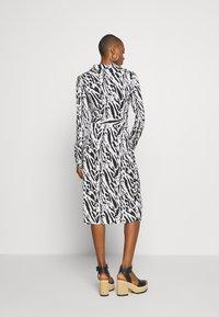 Diane von Furstenberg - Sukienka koktajlowa - tiger twigs small black - 2