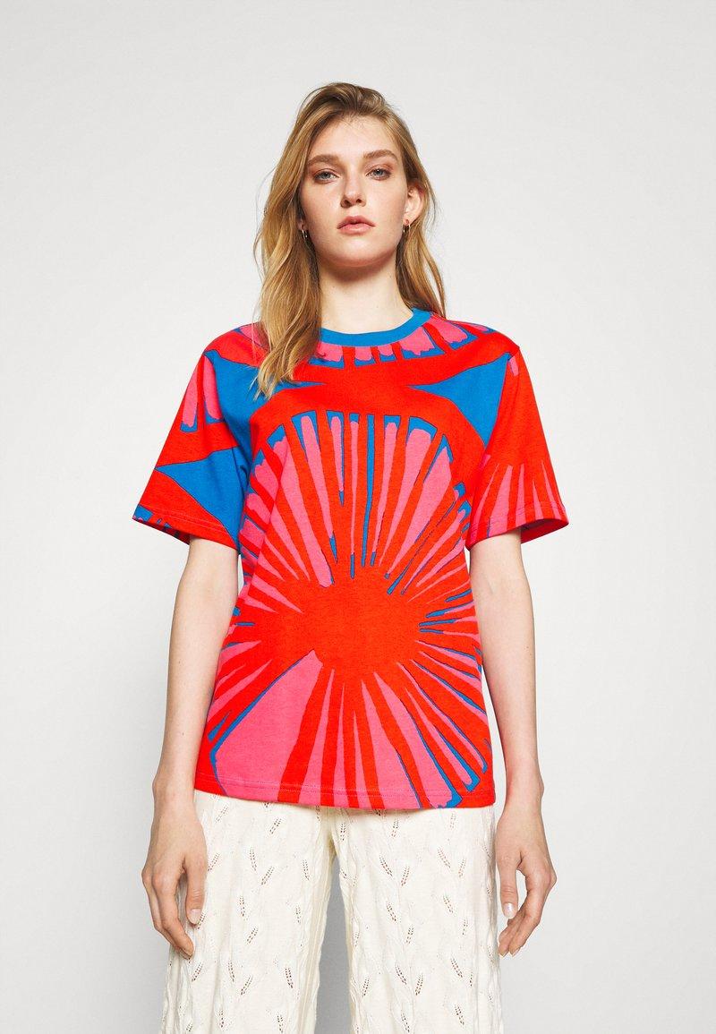 Marimekko - CREATED KUUSIKKO APPELSIINI - T-shirt print - bright blue/orange/pink