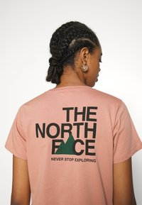 The North Face - LETTER BACK TEE - Triko spotiskem - pink clay/evergreen - 3