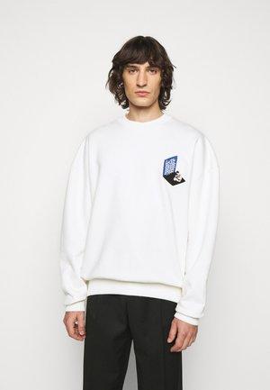 MAN IN BATHROOM  - Sweatshirt - white / multi-coloured