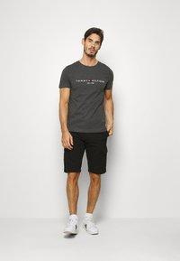 Tommy Hilfiger - LOGO TEE - T-shirt z nadrukiem - grey - 1