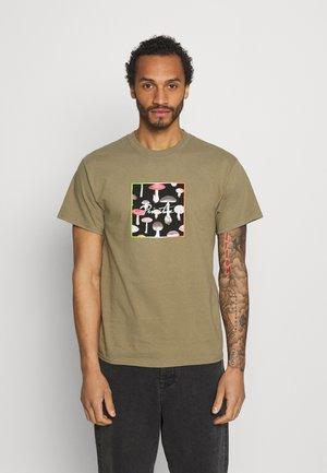 FUNGI BOX TEE - T-shirt print - safari green