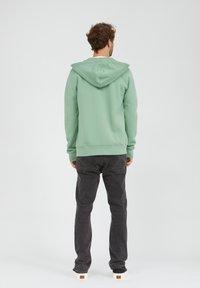 ARMEDANGELS - Zip-up sweatshirt - misty grass - 2