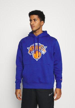 NBA NEW YORK KNICKS ESSENTIAL LOGO HOODIE - Club wear - rush blue