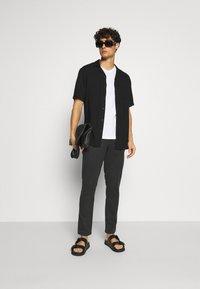 Selected Homme - SLHSTRAIGHT NEWPARIS FLEX PANTS - Chinos - black - 1
