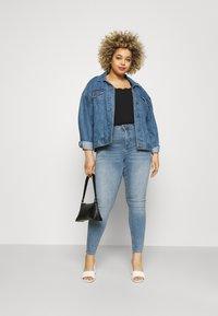 Vero Moda Curve - VMLORA - Jeans Skinny Fit - light blue denim - 1