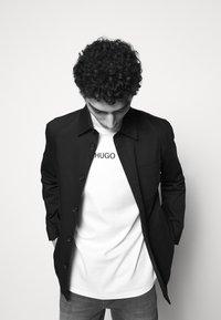 HUGO - DAKAYO - Print T-shirt - white - 8