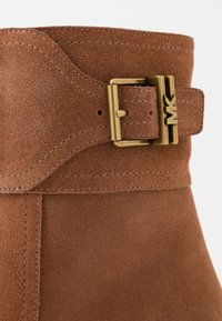 MICHAEL Michael Kors - KENYA BOOTIE - Classic ankle boots - luggage - 2