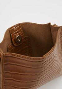 Missguided - CROC MINIMAL CROSS BODY BAG - Across body bag - camel - 4