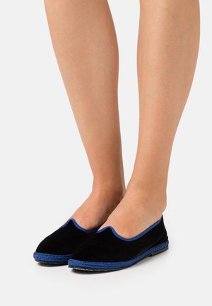 FURLANES - Slippers - black/blue