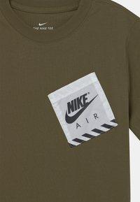 Nike Sportswear - UTILITY - Print T-shirt - medium olive - 2