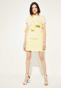 comma casual identity - KURZARM - Print T-shirt - light yellow stripes - 0