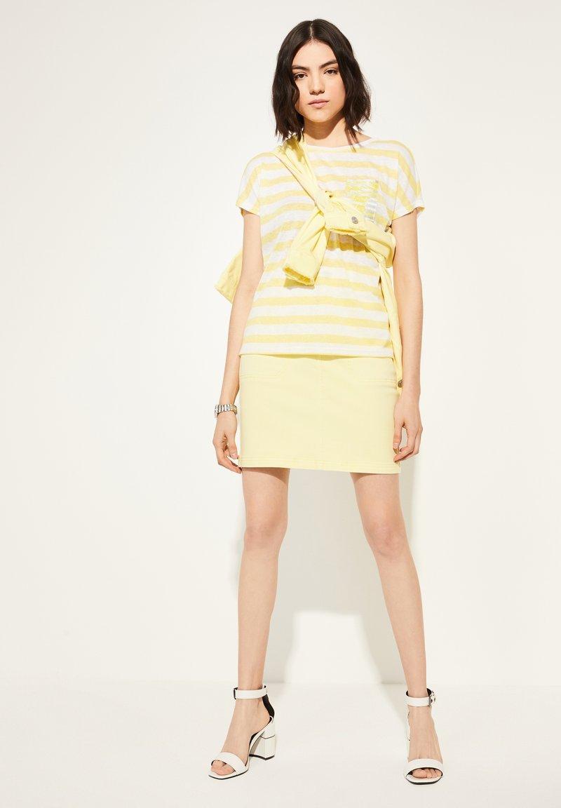 comma casual identity - KURZARM - Print T-shirt - light yellow stripes