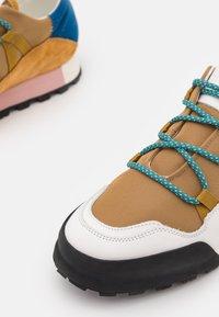 CLOSED - CHIRPY - Sneakersy niskie - golden brown - 6