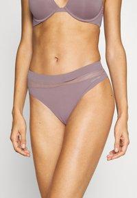Calvin Klein Underwear - PERFECTLY FLEX THONG - Stringit - plum dust - 0