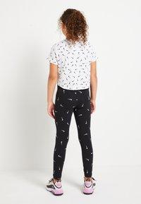 Nike Sportswear - CROP SWOOSHFETTI - Camiseta estampada - white/black - 2