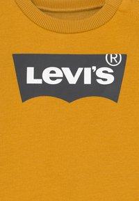 Levi's® - BATWING CREW UNSIEX - Sweater - golden spice - 2