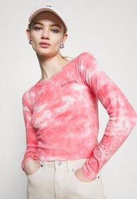 BDG Urban Outfitters - TIE DYE BABY TEE - Top sdlouhým rukávem - pink - 3