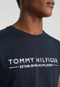 Tommy Hilfiger - ESSENTIAL TEE - Print T-shirt - blue - 5