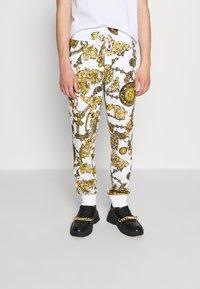 Versace Jeans Couture - PRINT REGALIA BAROQUE - Verryttelyhousut - bianco/gold - 0