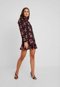 Missguided - HIGH NECK FRILL HEM DRESS FLORAL - Vestido informal - black - 2