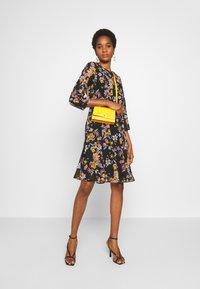 Pieces - PCNANNA TIEBELT DRESS - Sukienka letnia - black - 1