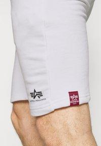 Alpha Industries - BASIC SMALL LOGO - Shorts - white - 4