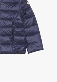 Guess - OUTWEAR TODDLER CORE - Bunda z prachového peří - fancy blue - 4