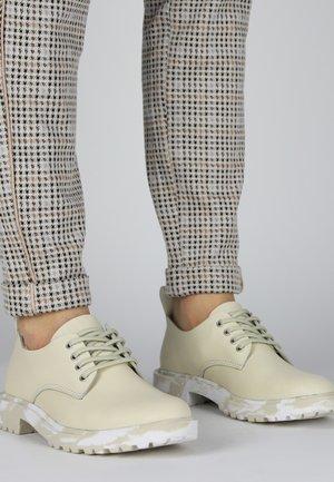 Sportieve veterschoenen - off white