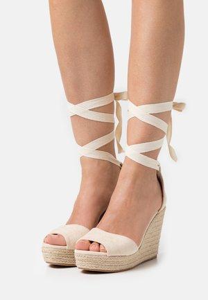 Korkeakorkoiset sandaalit - natural