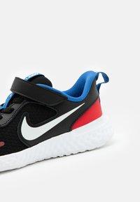 Nike Performance - REVOLUTION 5 UNISEX - Chaussures de running neutres - black/white/university red/game royal - 5