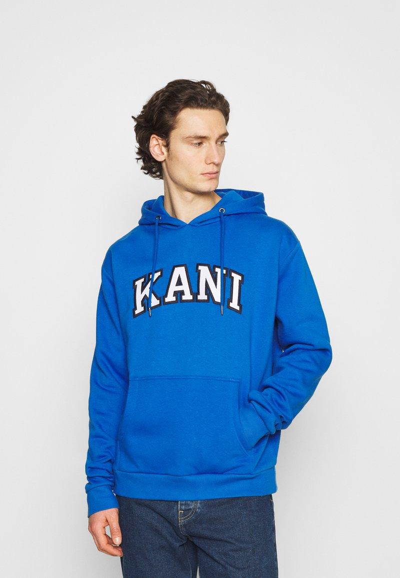 Karl Kani - SERIF HOODIE UNISEX - Hoodie - blue