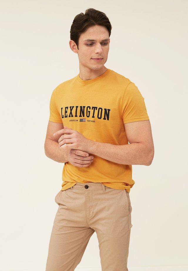 JUSTIN TEE - Print T-shirt - yellow