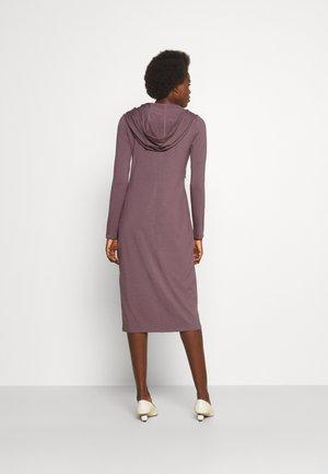 ONTARIO - Žerzejové šaty - malva