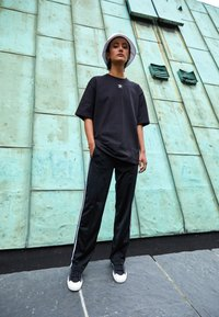 adidas Originals - TEE - Basic T-shirt - black/white - 1