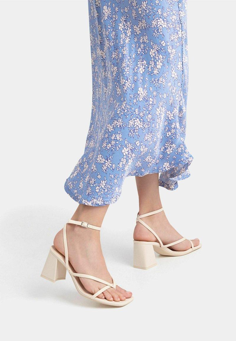 Bershka - Sandály na vysokém podpatku - off-white