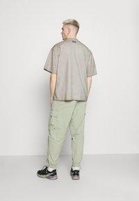 adidas Originals - ABSTRACT TEE - Triko spotiskem - timber - 2