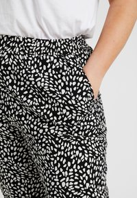 New Look Curves - CURVES LOUISE SPOT JOGGER - Trousers - black - 4