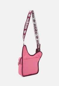 adidas Originals - SLING BAG UNISEX - Bandolera - rose tone/victory crimson/white - 1