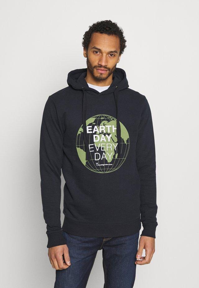 ELM EARTHDAYEVERYDAY GLOBE HOOD  - Felpa - total ecplise