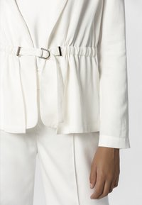 Apart - WITH BELT - Blazer - cream - 4