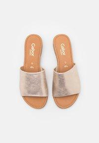 Gabor Comfort - Sandalias planas - platino - 5