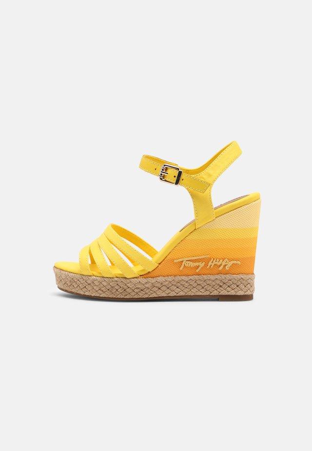 GRADIENT - Sandali con zeppa - vivid yellow
