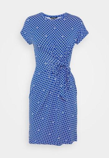 AVRAM CAP SLEEVE CASUAL DRESS - Žerzejové šaty - sapphire star/white