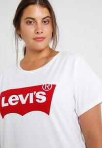 Levi's® Plus - PERFECT TEE  - T-shirt z nadrukiem - plus batwing white - 3