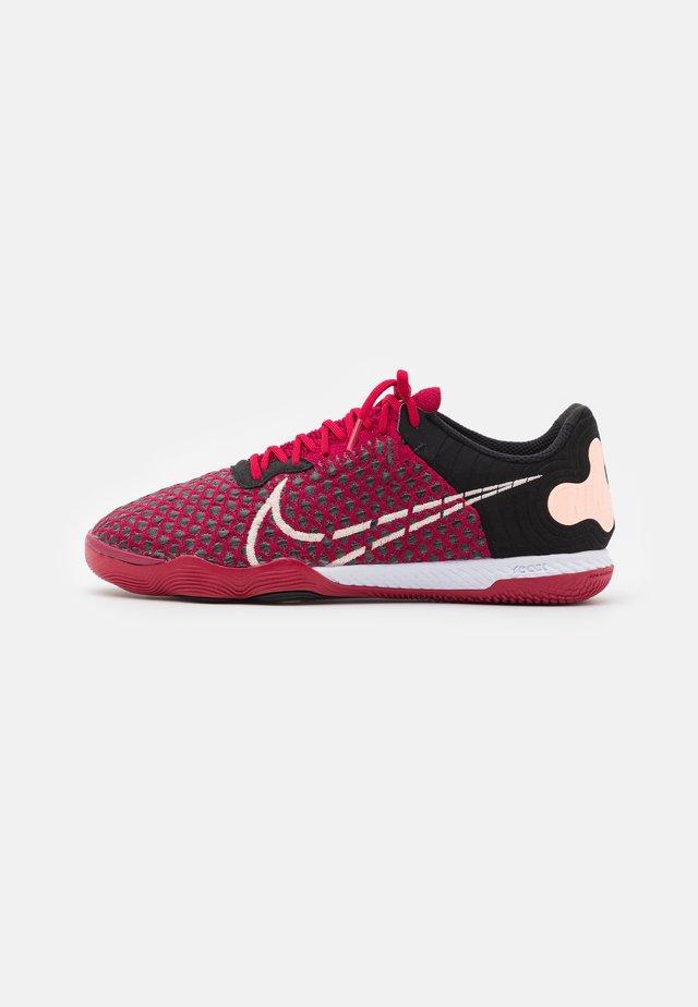 REACTGATO  - Indoor football boots - cardinal red/crimson tint/black/white