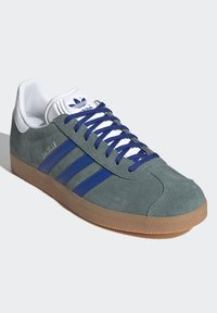 adidas Originals - GAZELLE UNISEX - Sneakers basse - hazy emeraldteam royal blue gum - 1