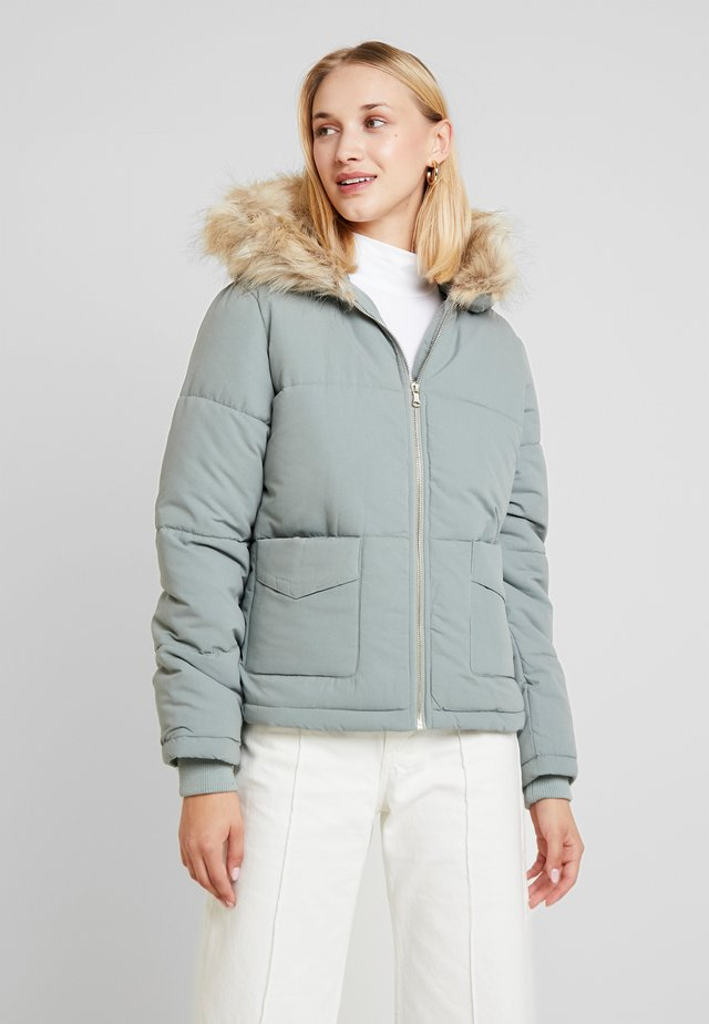 HOODED PUFFER MICROFIBRE - Jas - sage green
