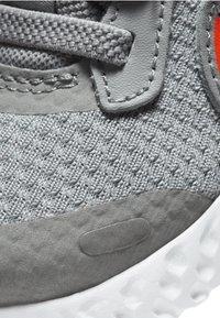 Nike Performance - REVOLUTION 5 UNISEX - Zapatillas de running neutras - light solar flare heather - 5